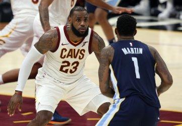 Cleveland Cavaliers' LeBron James defends Memphis Grizzlies' Jarell Martin