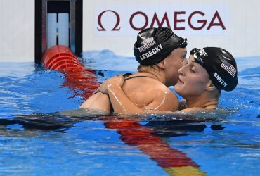 Katie Ledecky (USA) hugs teammate Leah Sith after winning the Women's 800M Freestyle at the 2016 Rio Olympics