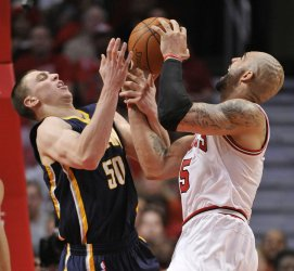 Pacers Hansbrough and Bulls Boozer go for rebound in Chicago