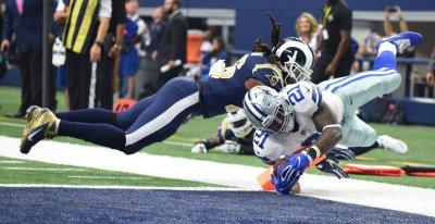 Dallas Cowboys Ezekiel Elliot scores on a 10-yard pass