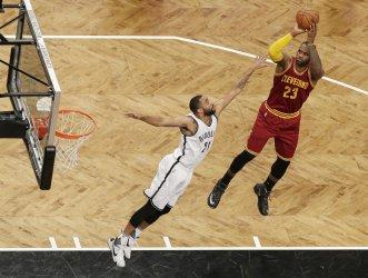Cavaliers LeBron James shoots a jump shot