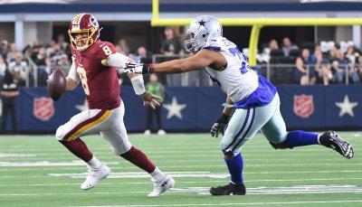 Redskins quarterback Case Keenum (8) eli1Cowboys defensive end Michael Bennett (79)