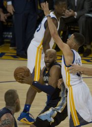 Grizzles Vince Carter guarded by Warriors Curry