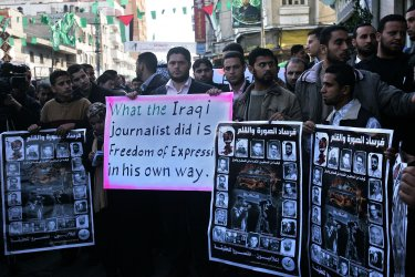 Palestinians show solidarity with shoe-throwing Iraqi TV reporter