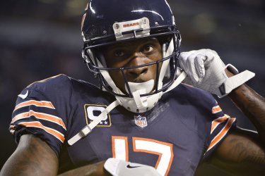 Bears wide receiver Jeffery warms up before game against Eagles in Chicago