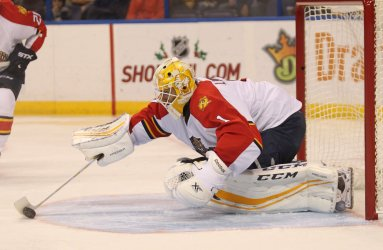 Florida Panthers Roberto Luongo scoops up puck
