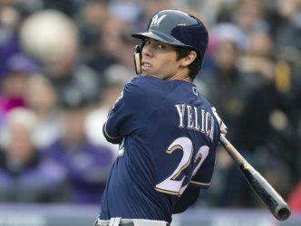 Brewers Yelich eyes foul ball in NLDS Game Three