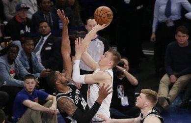 Knicks Kristaps Porzingis shoots over Spurs LaMarcus Aldridge