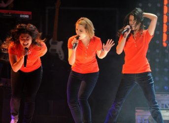 """The cast of """"Glee"""" performs live in Los Angeles"""