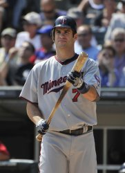 Twins' Mauer stands in on deck circle against White Sox in Chicago