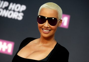 Amber Rose arrives at the 2016 VH1 Hip Hop Honors