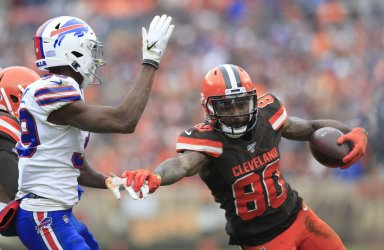 Browns Landry eludes tackle of Bills Wallace