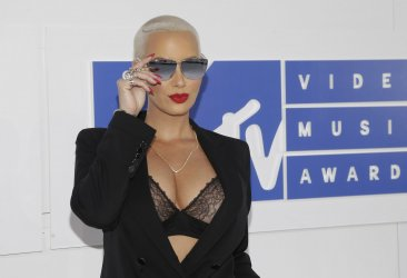 Amber Rose arrives at the 2016 MTV Video Music Awards