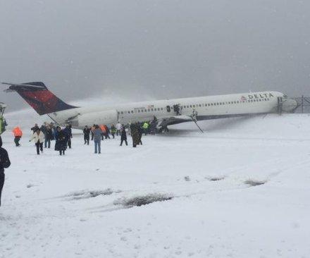Delta plane skids off LaGuardia runway, all passengers safe