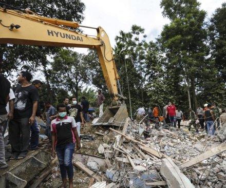 6.5-magnitude earthquate in Indonesia kills dozens