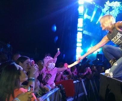 Miranda Lambert in tears as she sings to sick 7-year-old fan