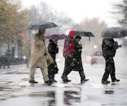Nor'easter tramples travelers, leaves hundreds of thousands without power