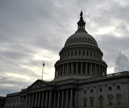 Fast-track trade bill wins key Senate vote