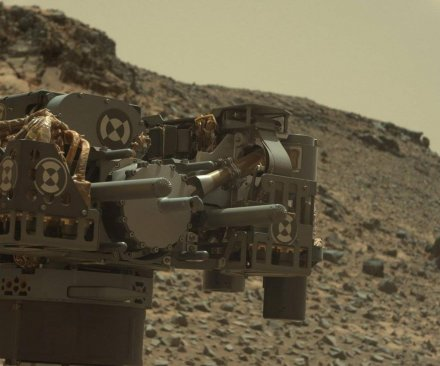 Testing to diagnose electrical problem in Mars rover's robotic arm
