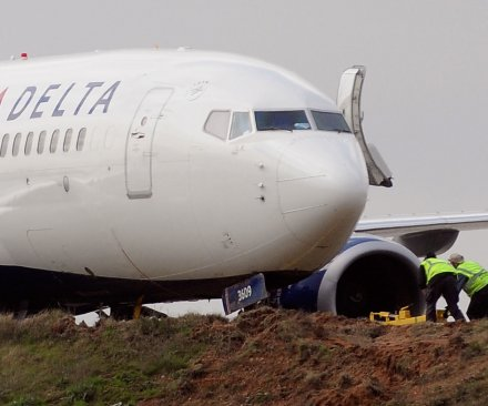 Delta pilot gets locked out of cockpit, plane makes emergency landing