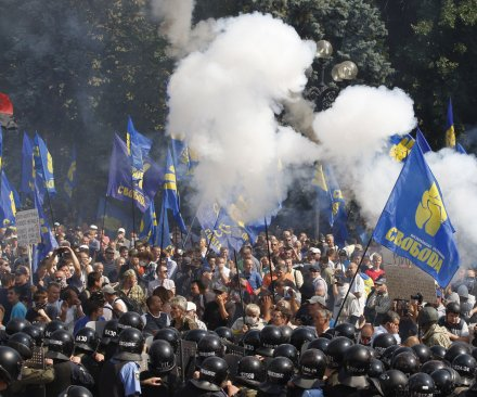 Ukrainian soldier dies in clashes with protesters
