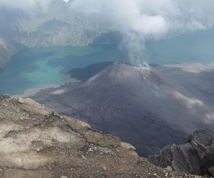 Tourists trapped on erupting Indonesian volcano