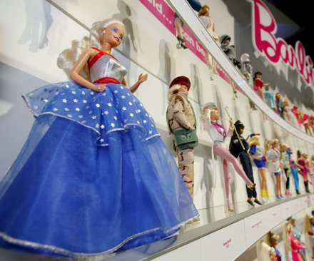 'Frozen' pushes Barbie down list of top holiday toys