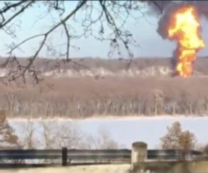 Freight train carrying oil crashes, ignites in Illinois