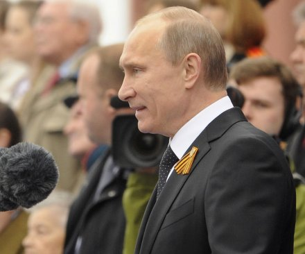 Putin announces pay cut for Russian officials