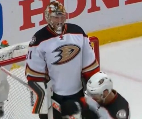 Anaheim Ducks go one up on Chicago Blackhawks