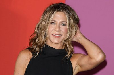 Jennifer Aniston thanks 'Friends' when accepting People's Icon Award