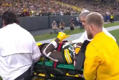 Green Bay Packers RB Jamaal Williams carted off vs. Eagles