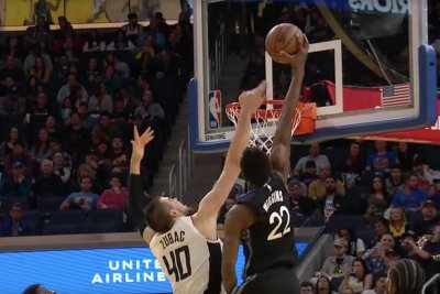 Warriors' Andrew Wiggins smashes one-handed dunk over 7-foot defender