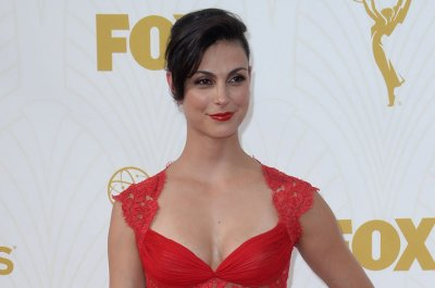 Morena Baccarin, Ben McKenzie return to red carpet after daughter's birth