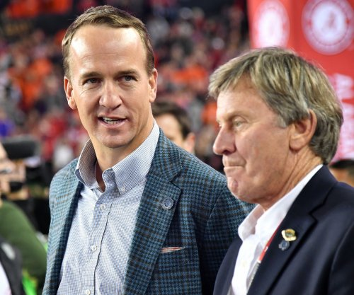 Report: ESPN, FOX bid to lure Peyton Manning into TV booth
