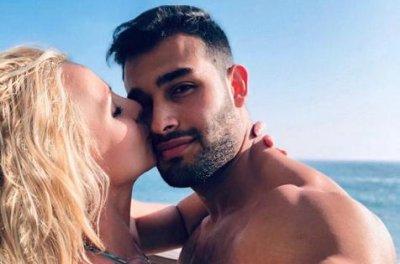 Britney Spears kisses beau Sam Asghari in new photo