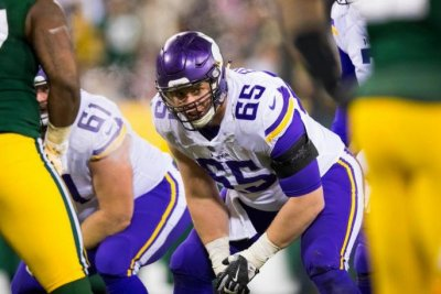 Minnesota Vikings lose C Pat Elflein, acquire Brett Jones from New York Giants
