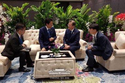Moon Jae-in, Shinzo Abe agree to improve Korea, Japan ties