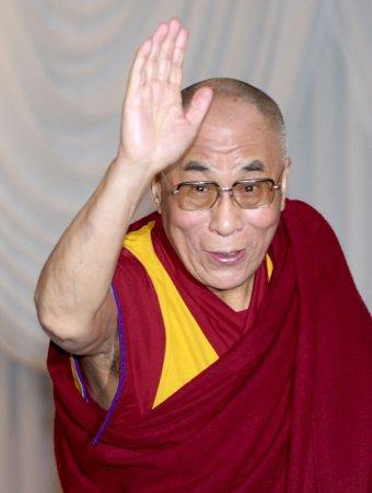 Dalai Lama stops in Japan on way to U.S.