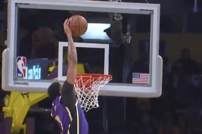 Lakers' LeBron James tosses alley-oop to Anthony Davis vs. Jazz