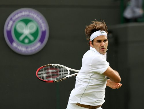 Federer wins easily in Rotterdam