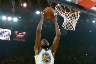 Warriors' Stephen Curry, Kevin Durant exchange precise full-court passes