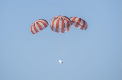 SpaceX's Dragon cargo craft splashes into Pacific