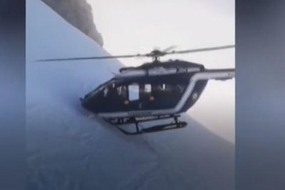 Rescue chopper pulls off daring maneuver to rescue skier in French Alps