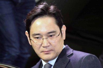 Samsung's de facto chief says he's 'sorry' amid bribery retrial