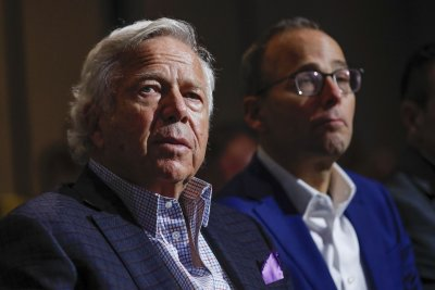 Robert Kraft, Julian Edelman show support for Jewish community in Pittsburgh