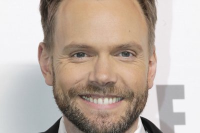 Joel McHale to host the 2017 People's Choice Awards