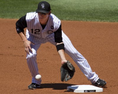 Pirates sign shortstop Barmes