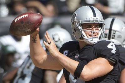 Derek Carr, Marshawn Lynch lead Oakland Raiders over Miami Dolphins