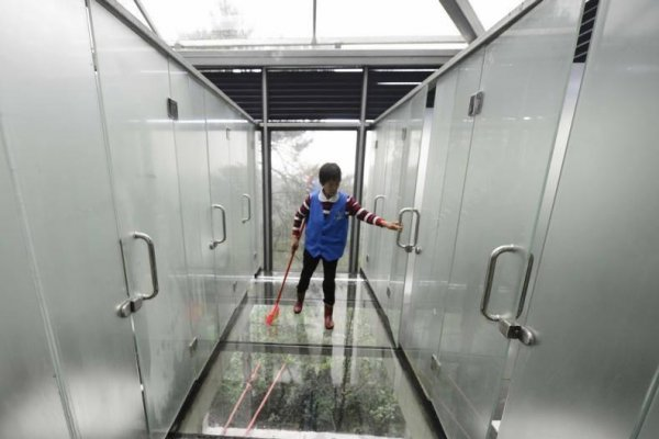 Semi Transparent Glass Bathrooms Open At China Tourist